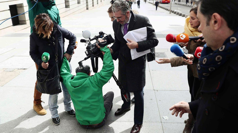 Francisco Granados, ayudando a un cámara de televisión que se había caído, antes de entrar en el Congreso. (EFE)