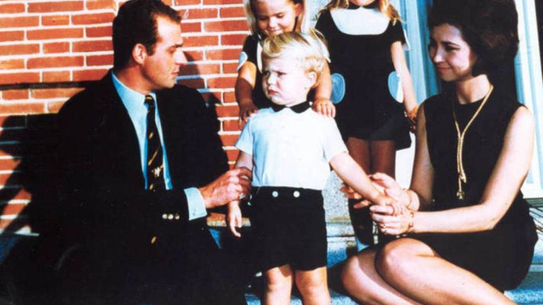 Los príncipes de España junto a sus tres hijos: Elena, Cristina y Felipe.