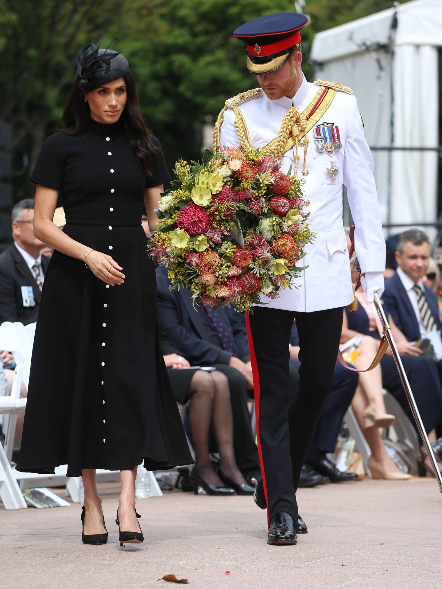 Meghan y Harry, en una ofrenda floral. (Getty)