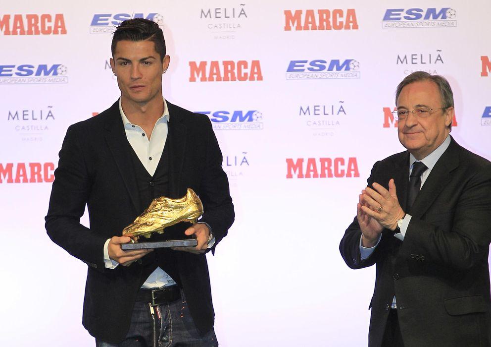 Foto: Cristiano Ronaldo posa con la Bota de Oro en presencia de Florentino Pérez.