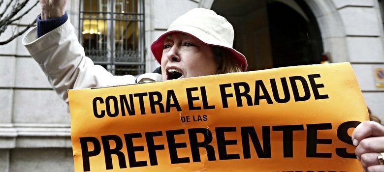 Foto: Afectados por las participaciones preferentes se manifiestan a las puertas de la Audiencia Nacional. (EFE)