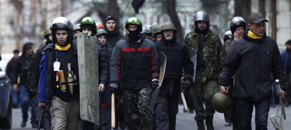 Foto: Miembros de las autodefensas marchan hacia el Parlamento en Kiev (Reuters).