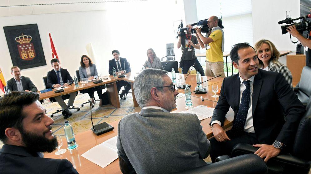 Foto: Los equipos negociadores de PP y Ciudadanos en la Asamblea de Madrid. (EFE)