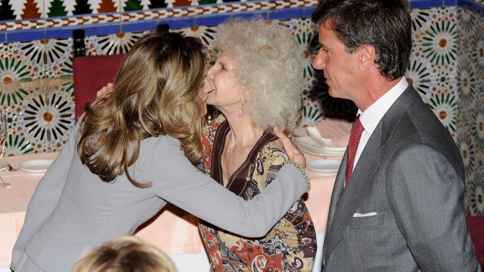 Foto: Doña Letizia junto a la duquesa de Alba y Cayetano. (Getty)