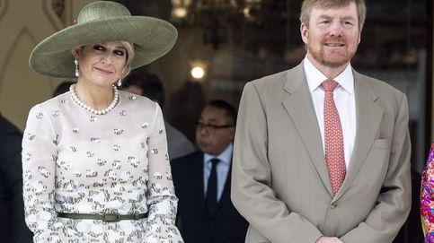 Máxima de Holanda cumple con el dress code en Indonesia con este look reciclado
