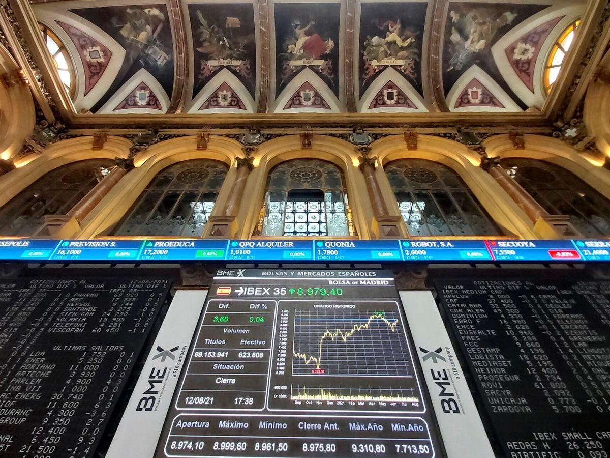Foto: Pantallas de cotización en el interior del Palacio de la Bolsa de Madrid. (EFE)