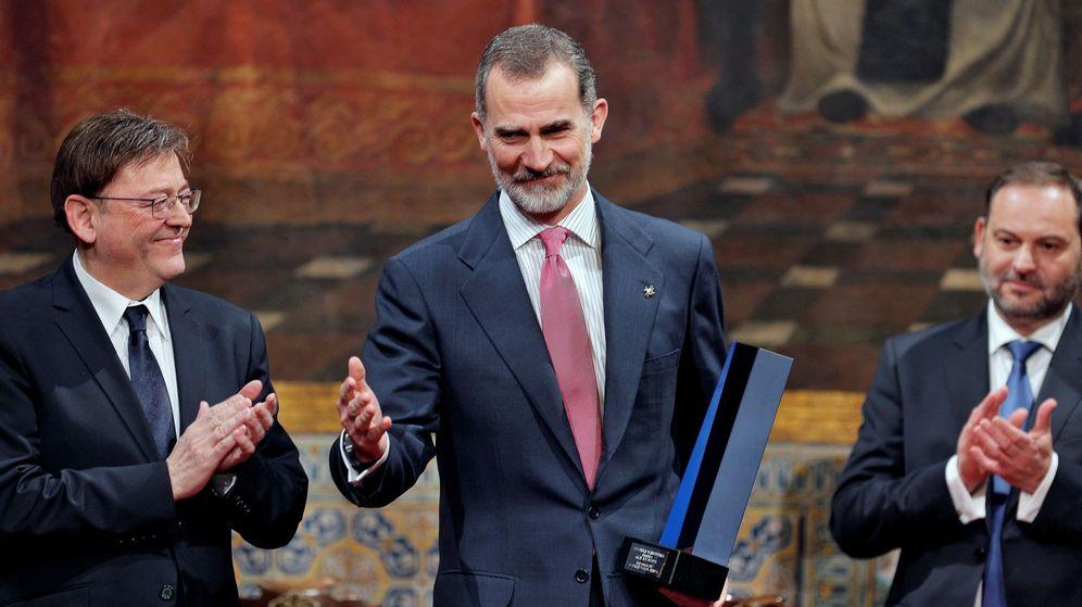 Foto: Felipe VI, entre Ximo Puig y Ábalos, al recibir el Premio Convivencia de la Fundación Manuel Broseta. (EFE)