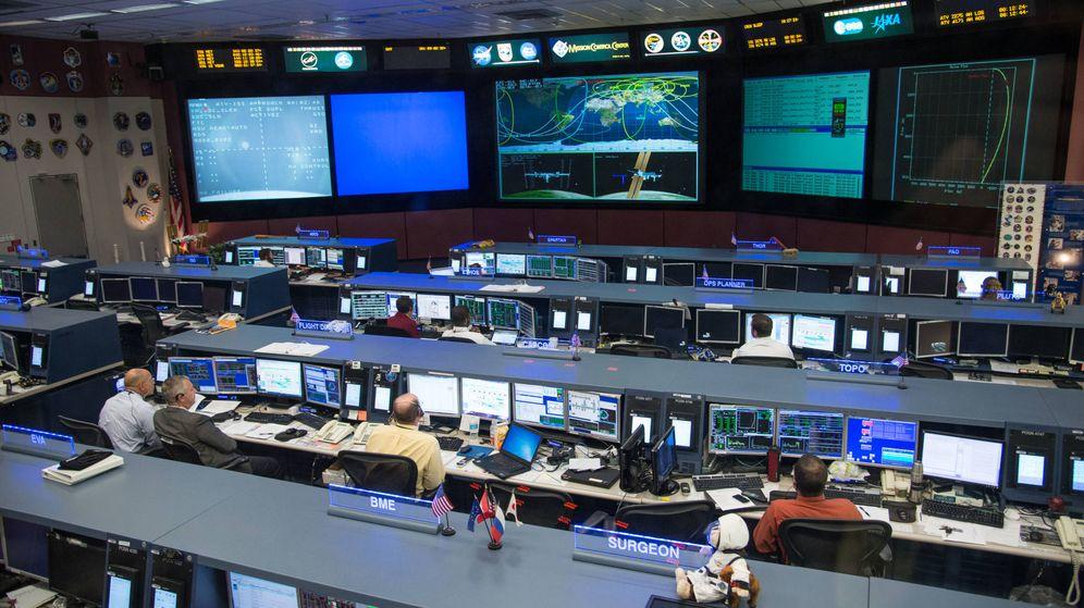 Foto: En condiciones normales, esta es la sala de control del Centro Espacial Johnson en Houston. (NASA)