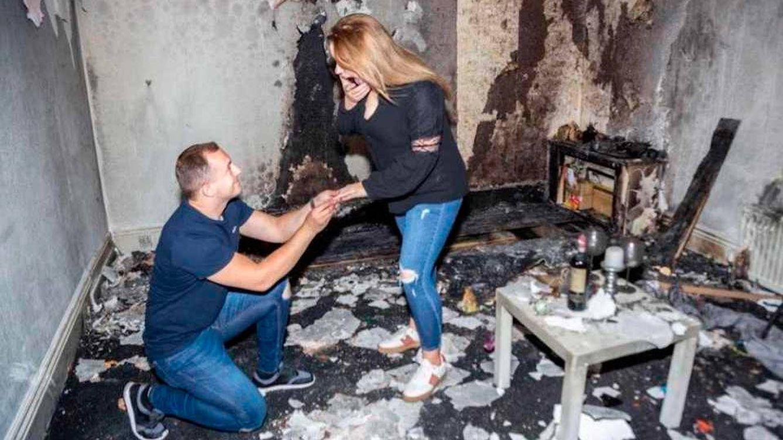 Enciende cientos de velas para pedir matrimonio a su novia y quema la casa