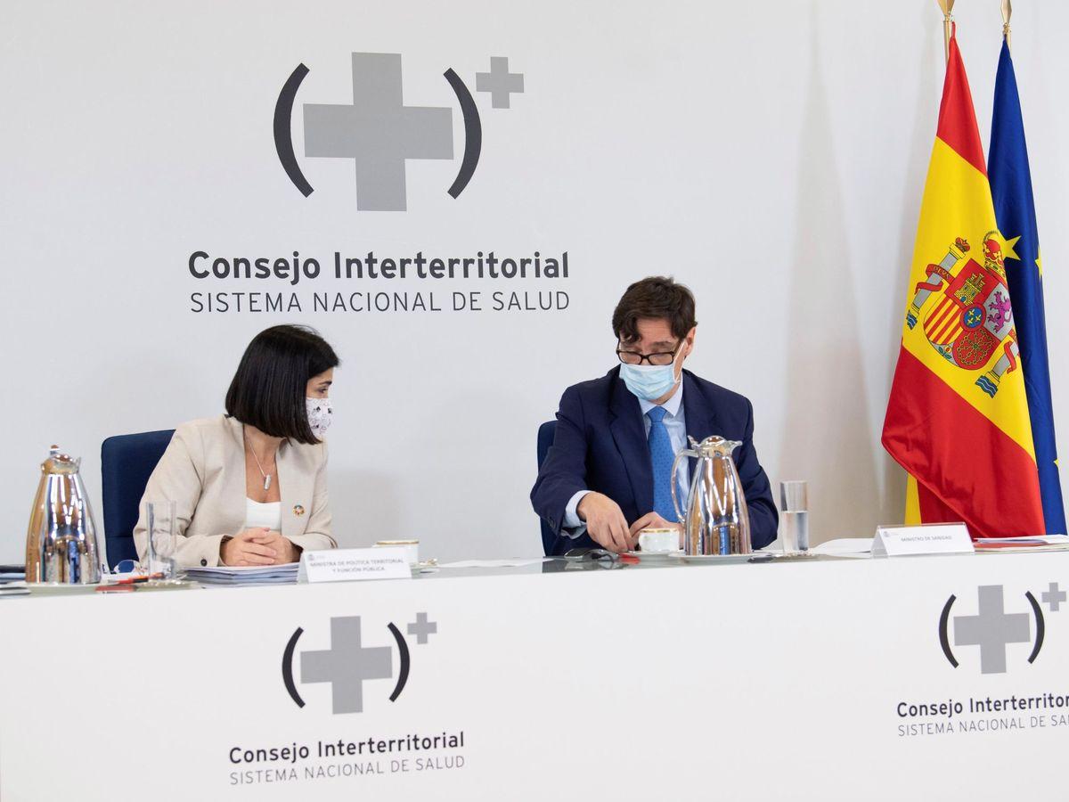 Foto: Los ministros de Sanidad, Salvador Illa y de Política Territorial y Función Pública, Carolina Darias durante la reunión del Consejo Interterritorial de Salud. (EFE)