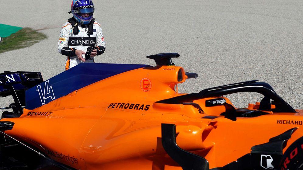 Foto: Alonso, con el coche averiado esta mañana en Barcelona. (EFE)