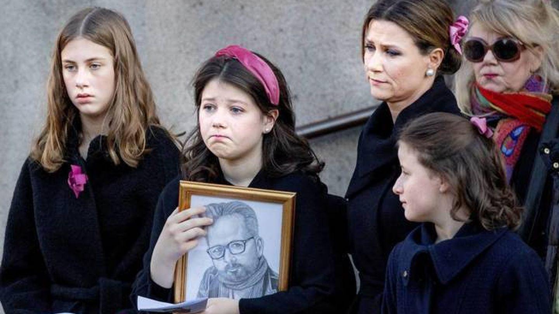 Marta Luisa y sus hijas en el funeral de Ari Behn. (Cordon Press)