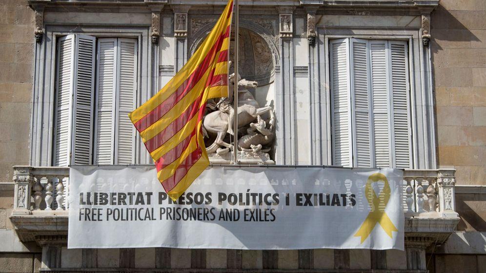 Foto: Vista de la fachada del Palau de la Generalitat con un cartel y un lazo amarillo reivindicando la libertad de los políticos encarcelados. (EFE)