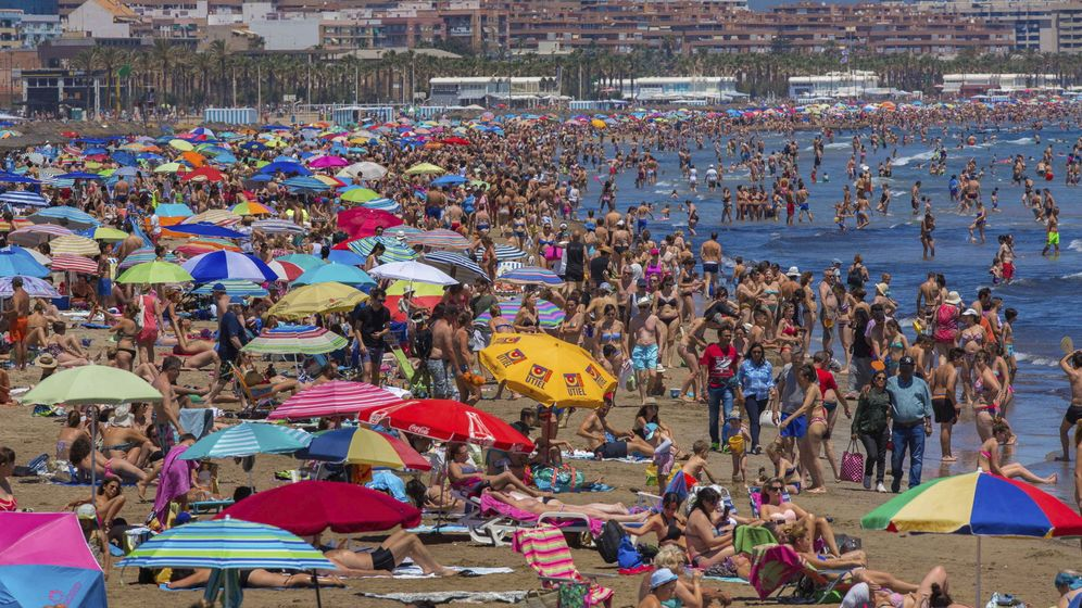 Foto: Miles de personas se concentran en la playa en Valencia. (EFE)