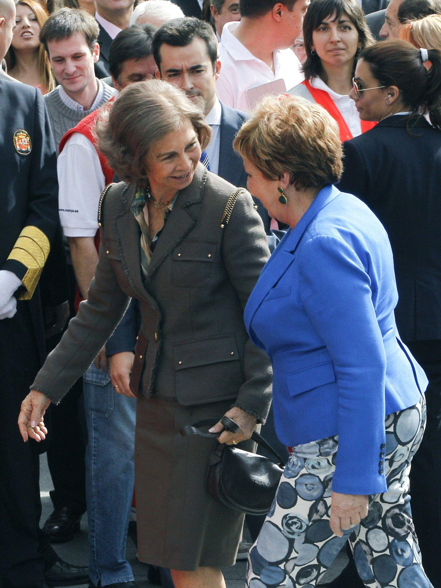La reina Sofía y Celia Villalobos, en el Día de la Banderita. (EFE)