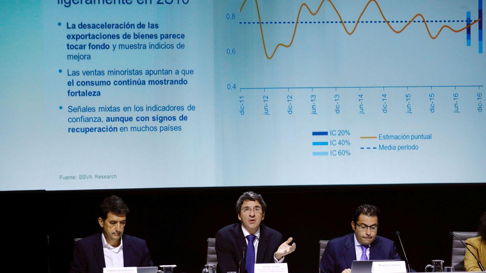 Foto: El economista jefe del BBVA, Jorge Sicilia (c), junto al economista jefe para España, Miguel Cardoso (d), y el responsable de análisis, Rafael Domenech. (EFE)