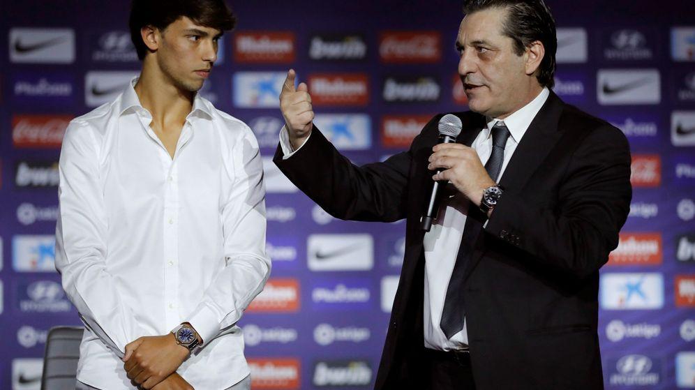 Foto: Paulo Futre apadrinó a Joao Félix en el día de su presentación como jugador del Atlético de Madrid. (Efe)