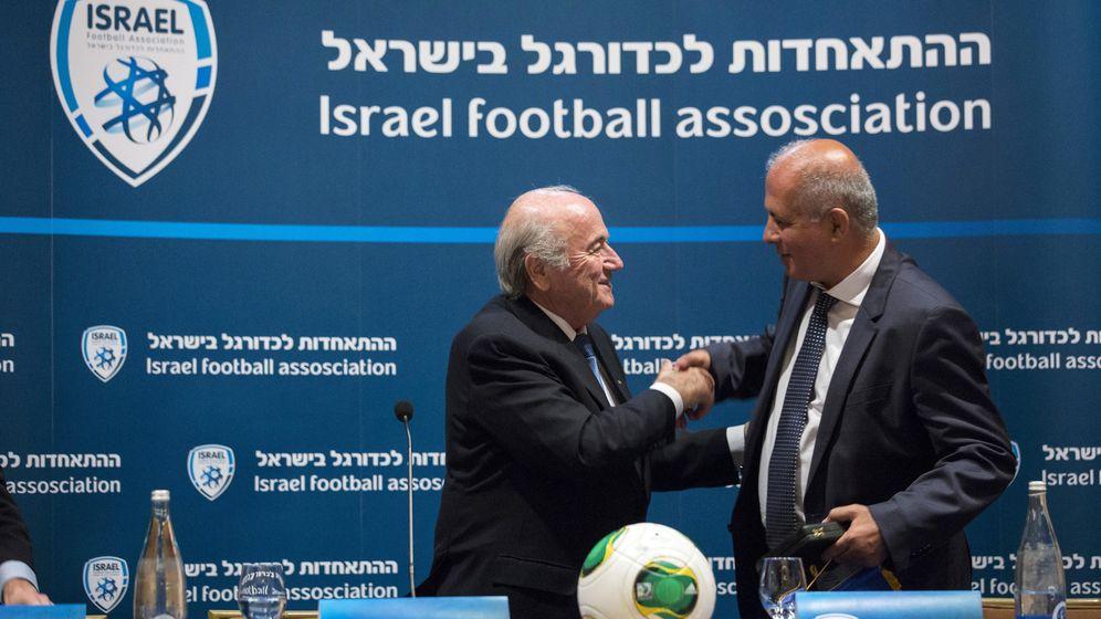 Foto: Blatter y Avi Luzon, de la Federación Israelí, en una de las últimas visitas del presidente de la FIFA (Reuters).