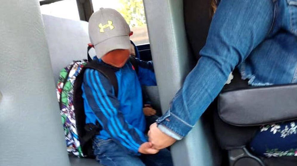 Foto: La conductora cogió la mano de Alex para ayudarle a superar su primer día de clase (Foto: Faceboook)