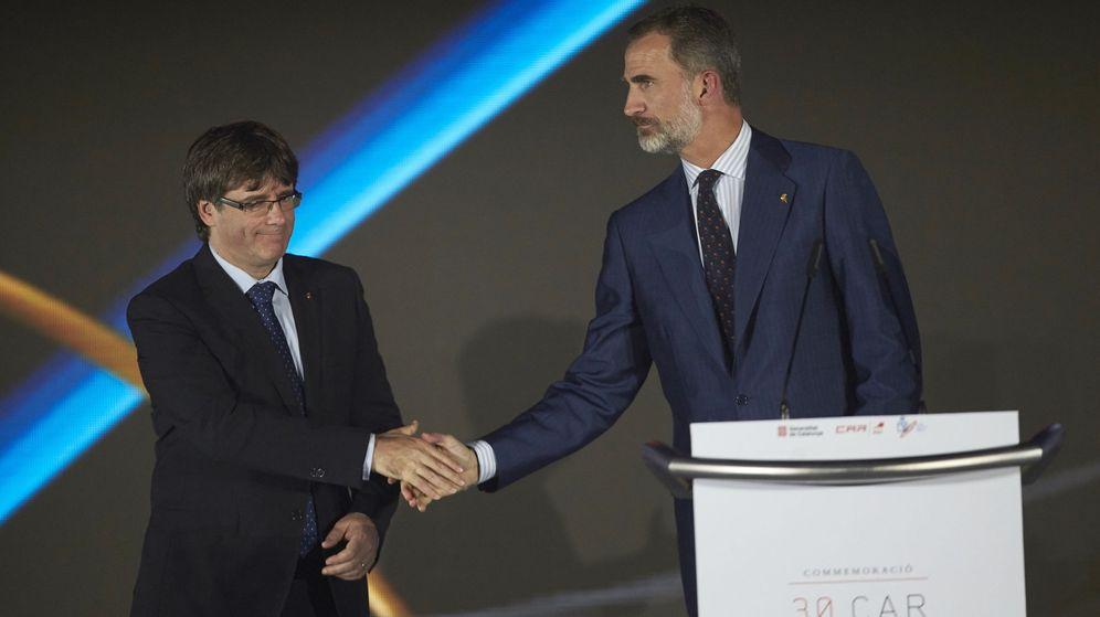 Foto: El rey Felipe y el presidente de la Generalitat, Carles Puigdemont (i). (EFE)