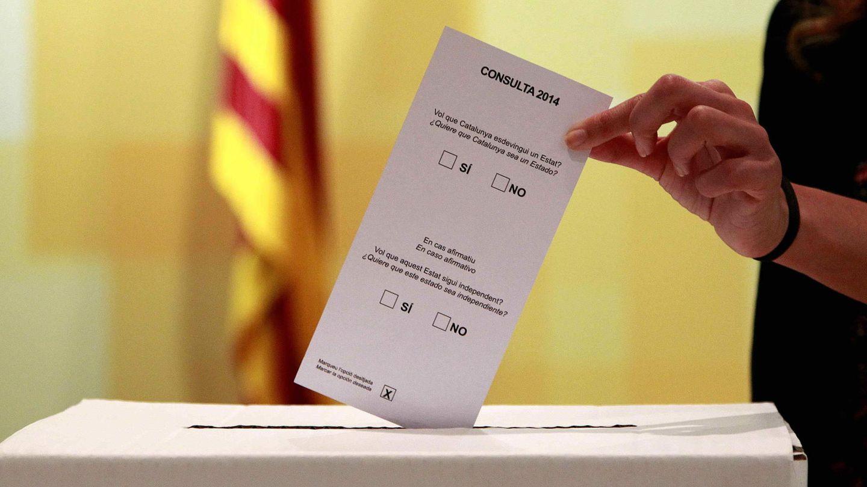 La Generalitat ya tiene el prototipo de urna para la consulta del 9-N. (Efe)