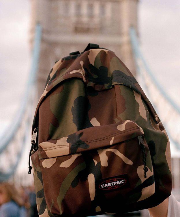 Foto: La mochila que te necesitas es esta de Eastpak y Bershka. (Cortesía)