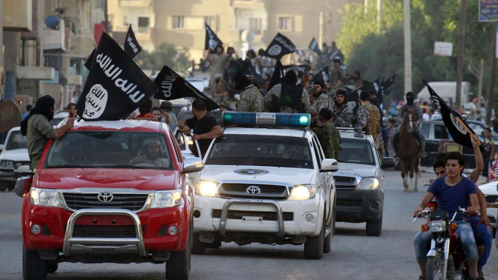 Foto: Militantes del ISIS ondean banderas del grupo durante un desfile militar en Raqqa, Siria (Reuters).