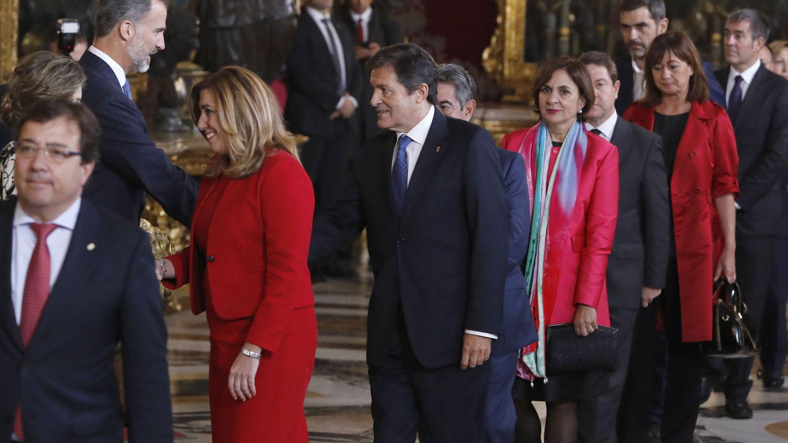 Foto: Los Reyes saludan a los presidentes autonómicos de Extremadura, Guillermo Fernández Vara; de Andalucía, Susana Díaz, y de Asturias, Javier Fernández. (EFE)