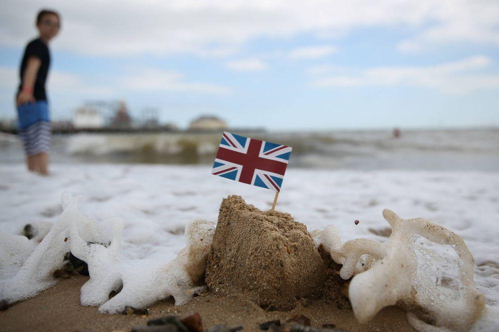Foto: Un castillo de arena con la bandera británica en Clacton-on-Sea, Reino Unido (Reuters).