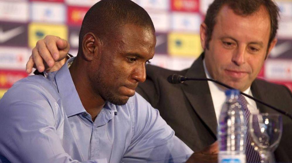 Foto: Eric Abidall y Sandro Rosell, el día en que el jugador francés anunció que no seguiría en el FC Barcelona. (EFE)