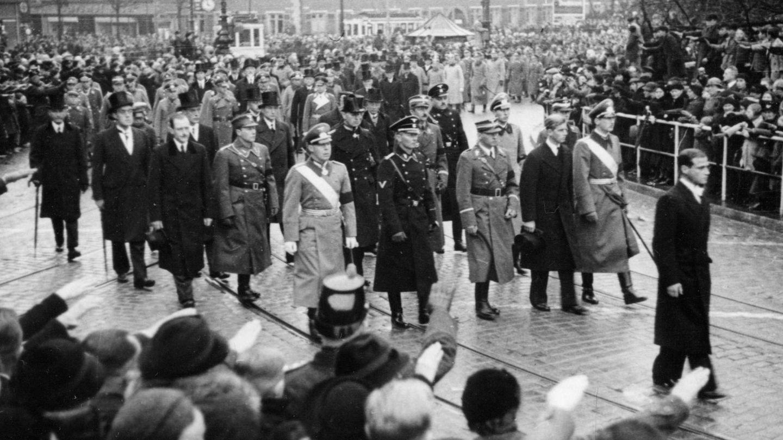 El duque de Edimburgo, tercero por la derecha, en el funeral de su hermana. (1937)