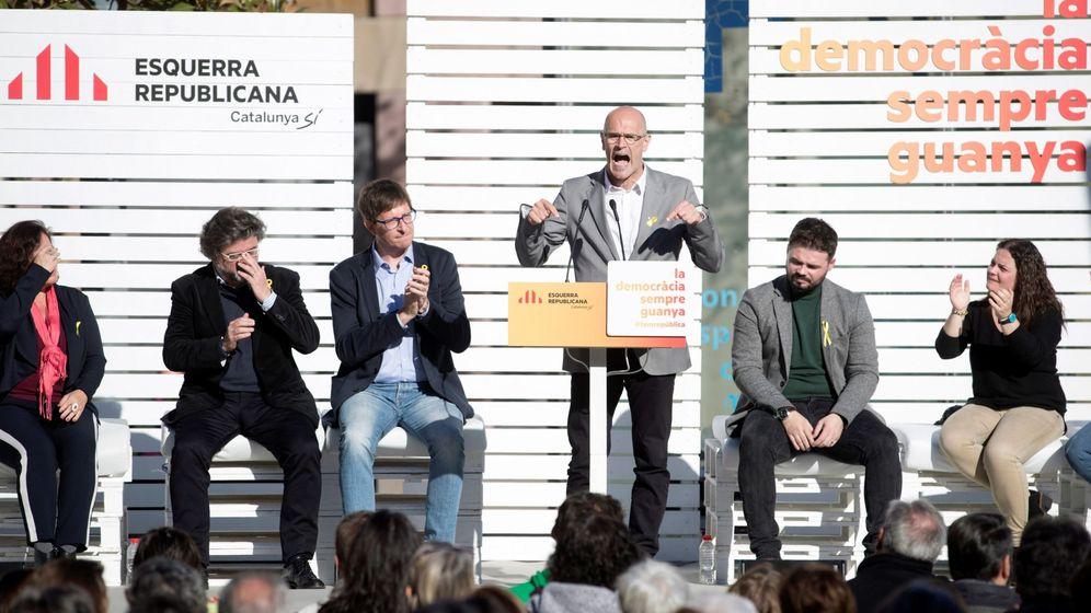 Foto: El 'exconseller' Raül Romeva (3d), en presencia del 'exconseller' Carles Mundó (3i), y el portavoz adjunto del partido en el Congreso, Gabriel Rufián (2d), entre otros. (EFE)