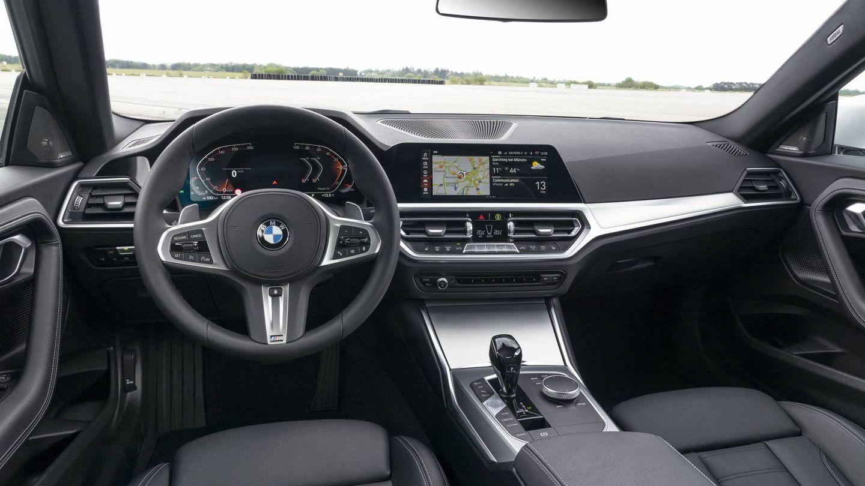 Hay dos tamaños de instrumentación a elegir, y también dos formatos de pantalla central. Por primera vez el coupé compacto de la marca ofrece Head-up Display.