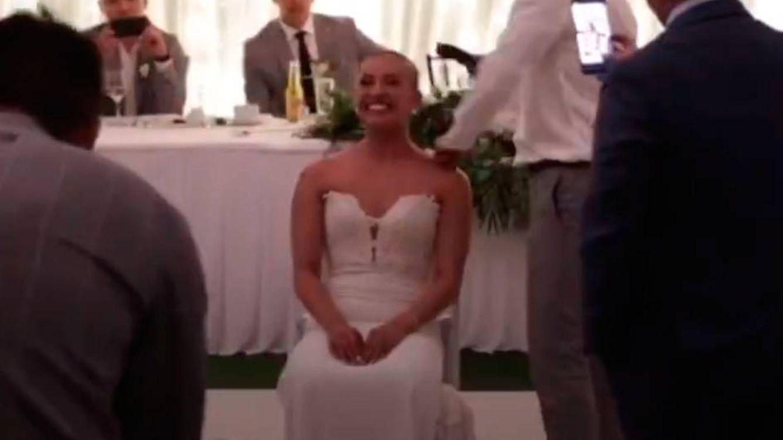 Una pareja se rapa la cabeza en plena boda para recaudar fondos contra el cáncer