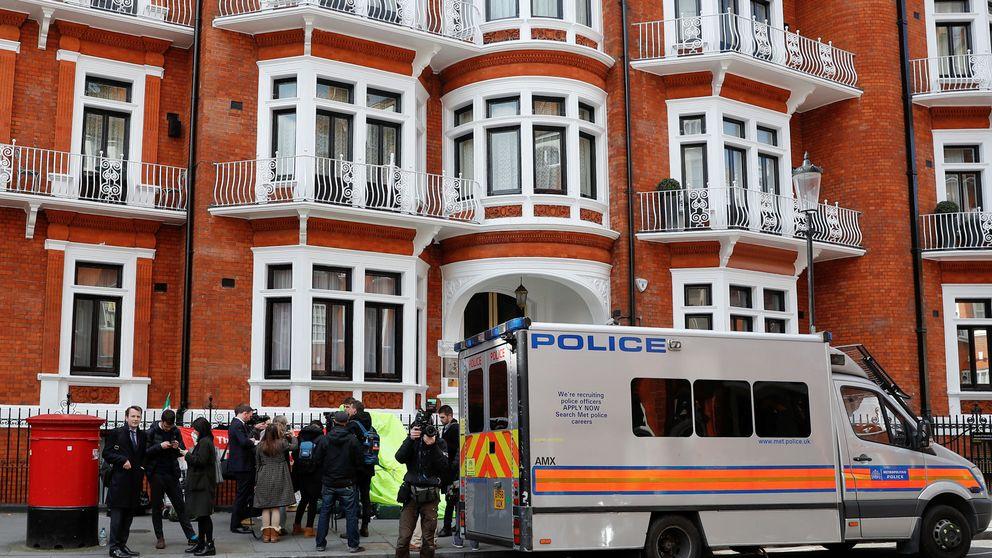 ¿Qué libro llevaba encima Julian Assange en el momento de ser detenido?
