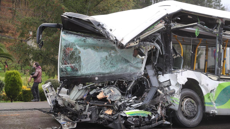 Estado en que ha quedado el autobús tras la colisión de esta mañana en Galdakao en un accidente que ha provocado dos muertos. (EFE)