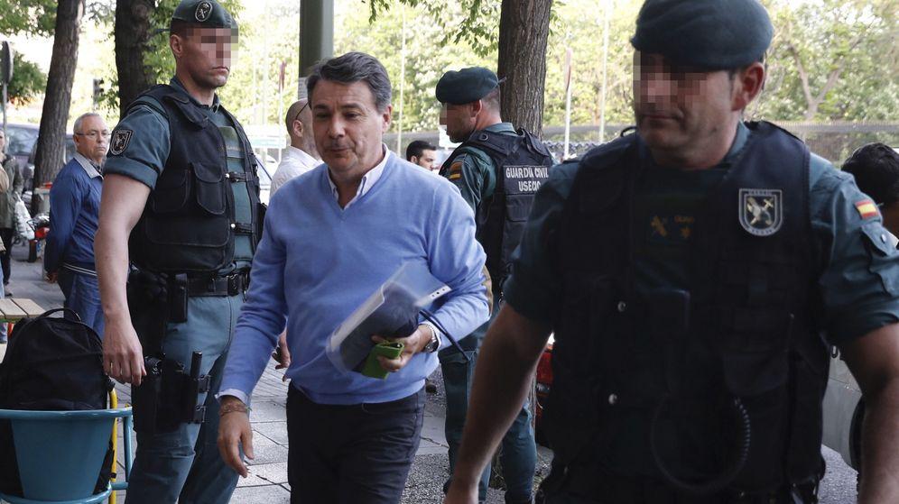 Foto: El expresidente de la Comunidad de Madrid Ignacio González (c) llega a su despacho acompañado por guardias civiles para proceder al registro del mismo. (EFE)