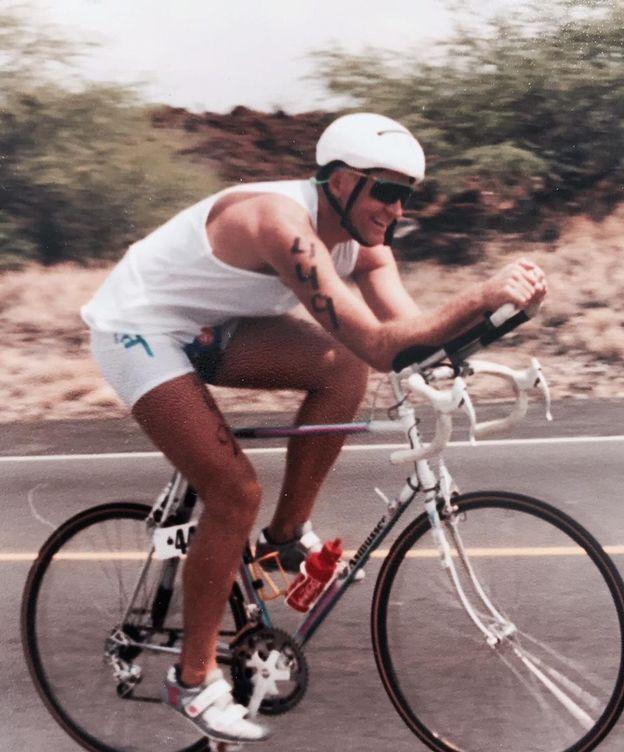 Foto: Kenneth Gasque participando en un triatlón en el siglo pasado.
