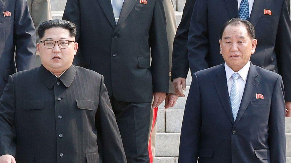 Foto: El líder norcoreano, Kim Jong-un (izda) y uno de los altos cargos del Gobierno norcoreano Kim Yong-chol (dcha). (EFE)