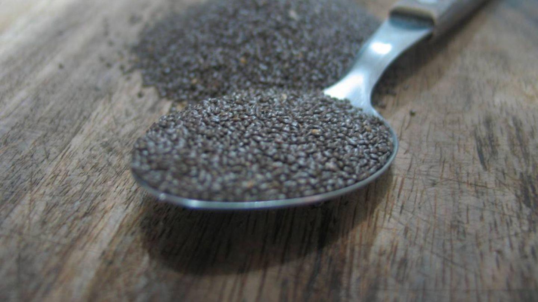 Una cucharada de semillas de chía.