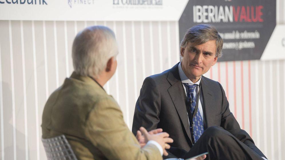Foto: lberto Artero, director general de El Confidencial (i), y Francisco García Paramés (Cobas). (EC)