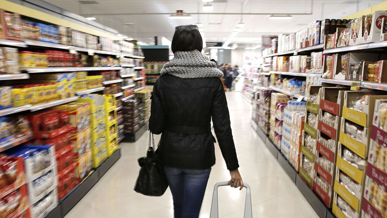 Una mujer en un supermercado. (EFE)