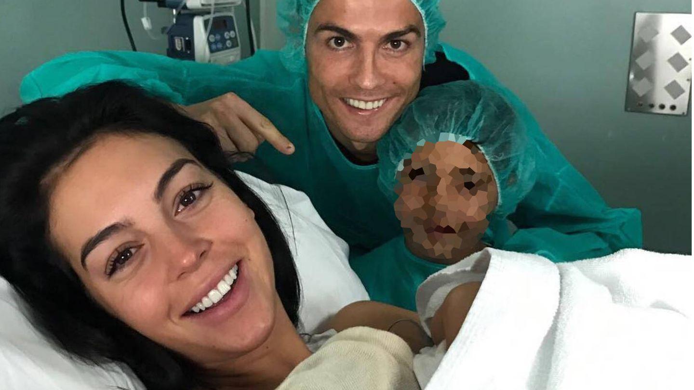 Georgina, Cristiano y Cristiano Junior junto al bebé.