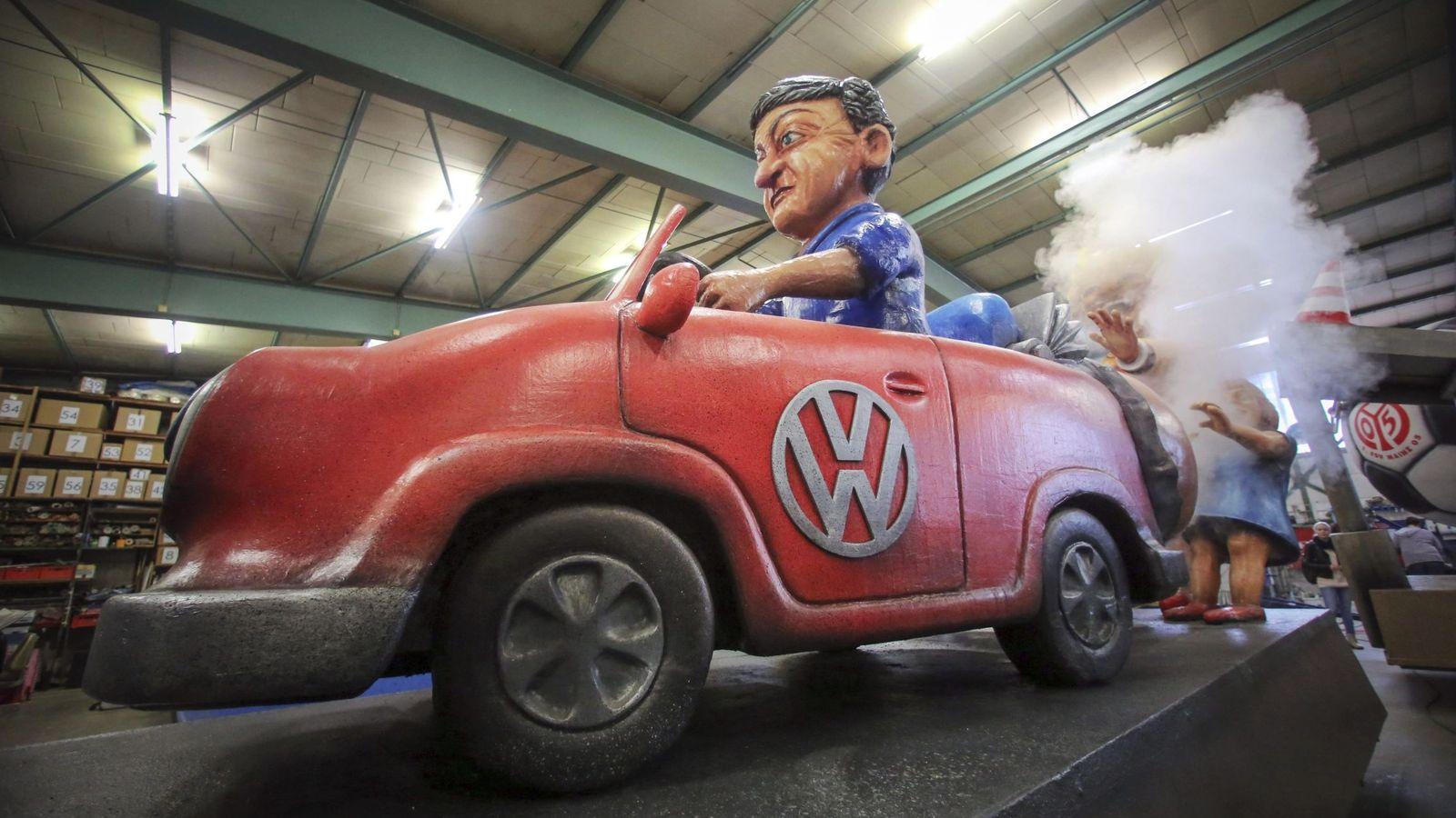 Foto: Detalle de una carroza que ilustra el escándalo de las emisiones de Volkswagen para el Carnaval de Mainz (Alemania). (EFE)