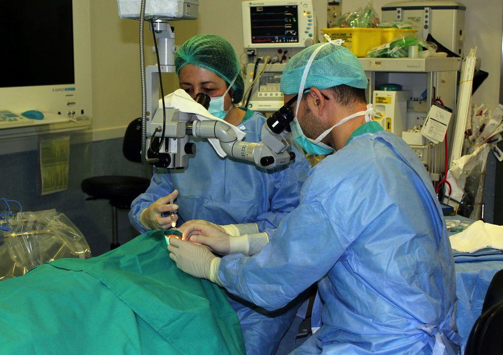 Foto: otografía facilitada por la Junta de Extremadura, de los cirujanos del Hospital Perpetuo Socorro de Badajoz (Efe)