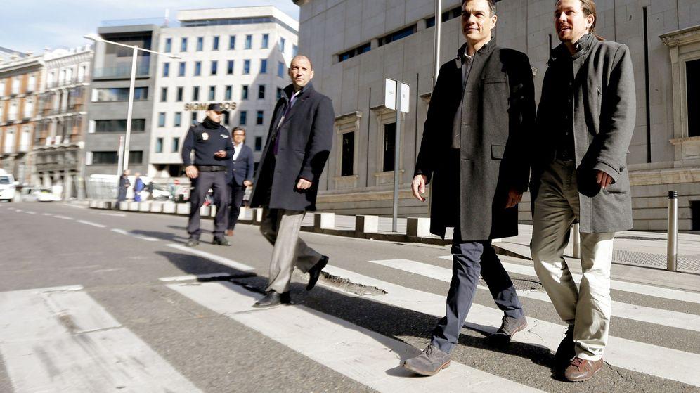 Foto: Pedro Sánchez y Pablo Iglesias, a su llegada al Congreso antes de la reunión que celebraron esta mañana ambos líderes. (EFE)