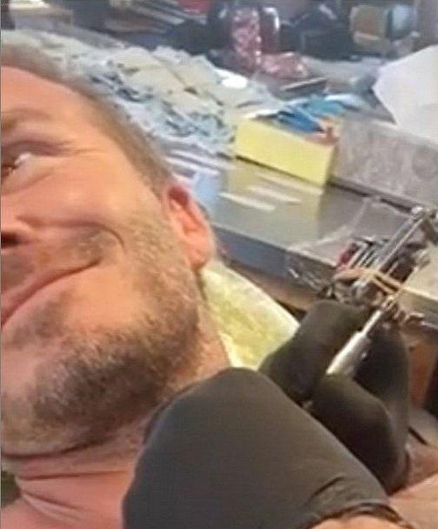 Foto: David Beckham haciéndose su nuevo tatuaje (Facebook)