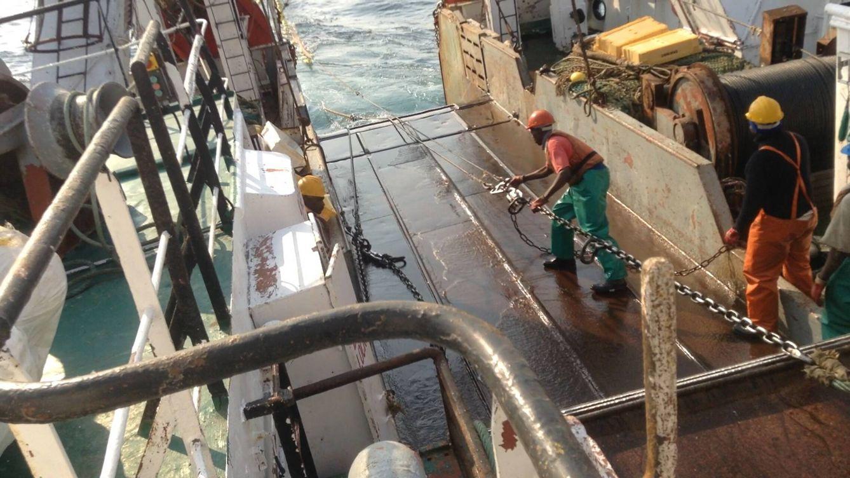 Foto: Trabajo de marineros a bordo de un barco de pesca de altura. (Antonio Soage)