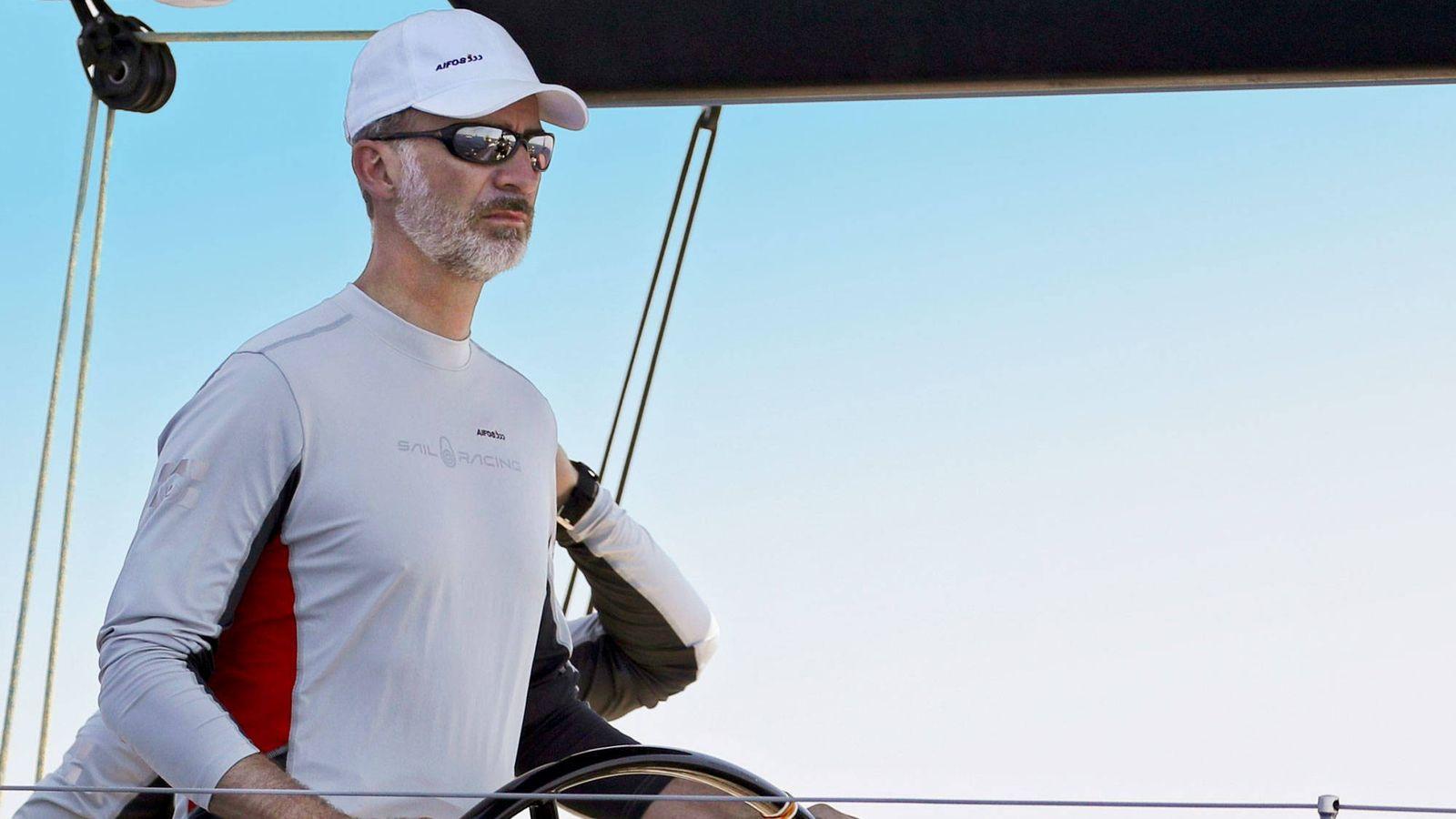 Foto: Don Felipe, al mando de la embarcación. (EFE)