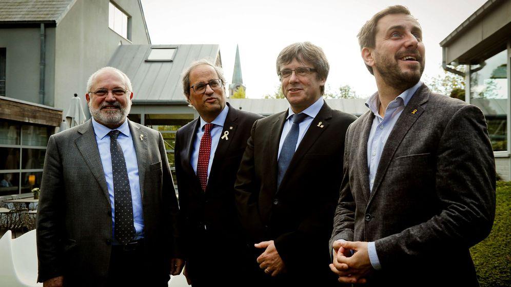Foto: El presidente de la Generalitat, Quim Torra (2i), y su predecesor, Carles Puigdemont (2d), en la localidad belga de Waterloo. (EFE)